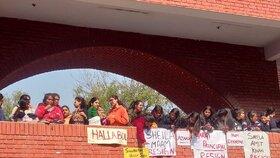 Zástupy studentek kolem školy Gargi college