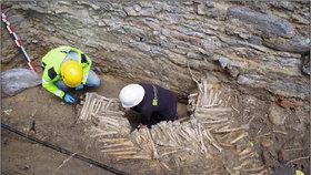 V Belgii byla u kostela nalezena stěna z kostí, lidské pozůstatky jsou 500 let staré