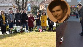 Desítky lidí si připomněly 24. února 2020 v Uherském Brodě na Uherskohradišťsku tragickou střelbu, při níž vrah před pěti lety usmrtil v restauraci Družba osm lidí a pak i sebe.