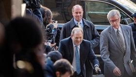 Porota uznala producenta Harveyho Weinsteina vinným ze sexuálního napadení a ze znásilnění