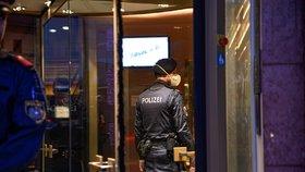 Policie u Grand Hotel Europa v Innsbrucku, kde pracuje jako recepční žena, u níž byl potvrzen koronavirus. (25. 2. 2020)