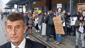 Na Babiše v Náchodě čekali při výjezdu do Královéhradeckého kraje demonstranti (26.2.2020)