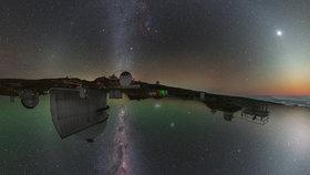 Noční obloha z pohledu obou polokoulí, je na ní zachycena Mléčná dráha.