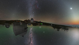 Noční obloha z pohledu obou polokoulí, je na ní zachycena Mléčná dráha