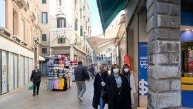Potkat v Benátkách turisty bez roušek nebo respirátorů je téměř nemožné.