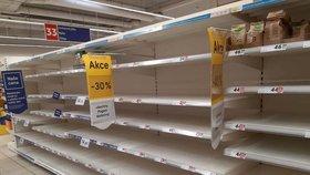 Tesco na Skalce: Lidi v panice vykoupili trvanlivé potraviny. Bojí se koronaviru a připravují se na domácí karanténu