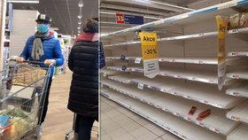 Lidé v obavách před koronavirem vykoupili v jednom pražském supermarketu regál s trvanlivými potravinami. Před nákupní mánií varují v Česku, ale i v Itálii (vlevo foto z Milána).