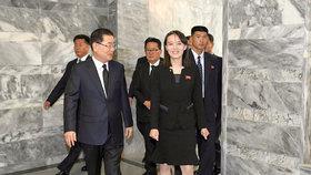 Kim Jo-čong, mladší sestra severokorejského diktátora Kim Čong-una. Kim je bratrovým velvyslancem, jeho jménem několikrát jednala například s jihokorejským prezidentem Mun Če-inem. Snímky z jednání v červnu 2019.