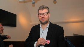 Europoslanec Jiří Pospíšil (TOP 09) s plackou Blesk tlapek (3. 3. 2020)