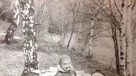 Václav Klaus mladší zhruba v roce 1971 se svou maminkou Livií Klausovou na prázdninách v Krušných horách