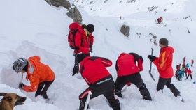 Rakouská horská služby vyprošťuje osoby zpod laviny na Dachsteinu. (Ilustrační foto)