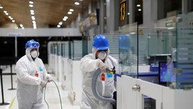 Bezpečnostní opatření zavedená kvůli koronaviru: Dezinfekce letiště v  Salvadoru