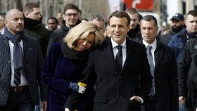 Francouzský prezident Emmanuel Macron s manželkou Brigitte při procházce po Paříži, zastavili se i v kavárně, (9.03.2020).
