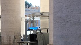 Dříve chaotický Řím plný turistů zeje prázdnotou. Lidé se mohou pohybovat po městě pouze v nutných případech