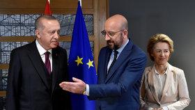 Turecký prezident Recep Erdogan s předsedkyní Evropské komise Ursulou von der Leyenovou a předsedou Evropské rady Charlesem Michelem