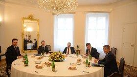 Na Pražském hradě se sešli nejvyšší ústavní činitelé. Dorazil předseda Senátu Miloš Vystrčil, ale i předseda Sněmovny Radek Vondráček (11. 3. 2020)
