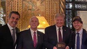 Zcela vpravo šéf komunikace brazilského prezidenta Fabio Wajngarten, který byl testován s pozitivním výsledkem na COVID-19. Vedle něj stojí americký prezident Donald Trump, po jeho pravici viceprezident Mike Pence.
