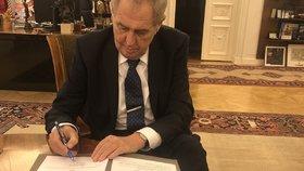 Prezident Miloš Zeman při podpisu nových zákonů (březen 2020)