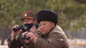 Severokorejský diktátor dohlížel na vojenské cvičení a zase bez roušky. (13.03.2020)