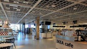 Od 13. března 2020 jsou uzavřené provozovny s rychlým občerstvením v nákupních centrech. Na fotografii je Ikea na pražském Zličíně 13. března krátce před desátou dopoledne.