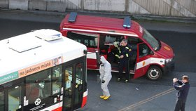Z autobusového terminálu na Černém Mostě odvezla záchranka řidiče autobusu DPP s podezřením na koronavirus. Autobus pak hasiči DPP dezinfikovali.
