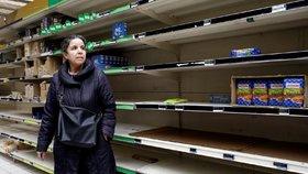 Prázdné regály ve francouzských obchodech