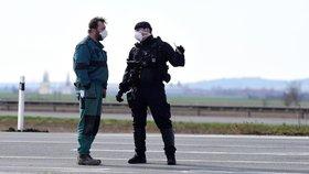 Policisté kontrolovali 16. března 2020 vozidla projíždějící přes kontrolní bod u sjezdu na 253. kilometru dálnice D35 u obce Litovel - Unčovice na Olomoucku. Oblast Litovle, Uničova a okolních obcí je uzavřena od tří hodin ráno kvůli zvýšenému výskytu nákazy koronavirem. S těmi, kdo mohou do oblasti vjet, sepisují policisté speciální evidenční lístky (16. 3. 2020)