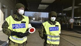 Policisté na česko-rakouské hranici během přísných opatření kvůli koronaviru (17.3.2020)