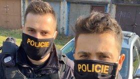 Policisté s rouškami jdou příkladem.