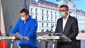 Členové vlády na tiskové konferenci ke koronaviru: Ministr vnitra Jan Hamáček (ČSSD) a premiér Andrej Babiš (ANO) (19. 3. 2020)