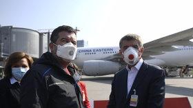 Na pražské letiště dorazila dodávka 1,1 milionů respirátorů z Číny. Na místě dohlíželi vicepremiér Jan Hamáček (ČSSD) a premiér Andrej Babiš (ANO) (20. 3. 2020).