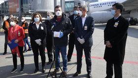 Na pražské letiště dorazila dodávka 1,1 milionů respirátorů z Číny. Na místě dohlíželi (zleva) ministryně financí Alena Schillerová (ANO), ministr vnitra Jan Hamáček (ČSSD) a premiér Andrej Babiš (ANO) (20.3.2020)