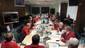 Krizový štáb ministerstva vnitra jednal po vzoru Hamáčka - v červených svetrech.