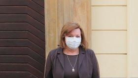 Ministryně financí a vicepremiérka Alena Schillerová své roušky s oblečením příliš neladí, na rozdíl od jiných kolegů a kolegyň ( 24. 3. 2020)