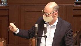 Ministr školství Robert Plaga (ANO) v roušce gestikuloval během jednání Sněmovny ohledně koronavirové pandemie kvůli konání maturit. (24.3.2020)