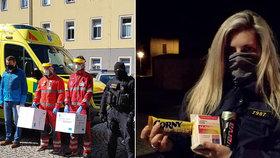 Severočeští policisté darovali tamním záchranářům 500 kusů respirátorů. Od dobrovolníků pak dostali vitamíny a proteinové tyčinky.