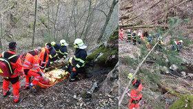 Záchranáři museli zachraňovat zraněnou ženu. Použili k tomu i vrtulník.