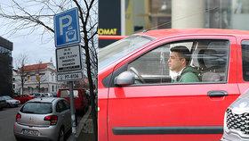 Vláda zatím neprodloužila zrušení parkovacích modrých zón. (31. 3. 2020)