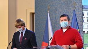 Jan Hamáček a Adam Vojtěch v rouškách na tiskovce po jednání vlády