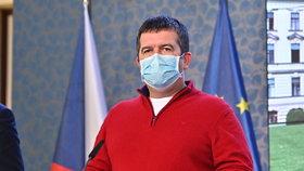 Jan Hamáček v roušce a červeném svetru na tiskovce po jednání vlády