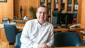 Rektor Univerzity Karlovy Tomáš Zima je hospitalizovaný kvůli koronaviru.