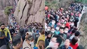 Lidé v Číně navštěvovali turistické atrakce.