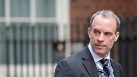 Ministr zdravotnictví Dominic Raab v čele vlády zastoupí premiéra Johnsona, (7.04.2020).