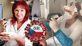 Lékařka Jitka Vydrová vyšetřuje nyní pacienty ve speciálních ochranných pomůckách.