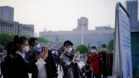 Obyvatelé Wu-chanu mohou konečně svobodněji dýchat, skončila jim karanténa, ve městě probíhají přísné kontroly.