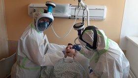 Infekční oddělení nemocnice ve Znojmě získalo deset celoobličejových masek, které jsou výsledkem práce dobrovolnické neformální skupiny Covid19cz.