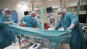 Lékaři z Nemocnice Na Bulovce, kteří se starají o pacienty nakažené covid-19.