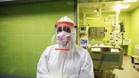 Personál v nemocnici Na Bulovce, který se stará o pacienty nakažené koronavirem