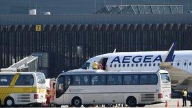 V Německu přistálo letadlo se 47 nezletilými uprchlíky z Řecka (18. 4. 2020)