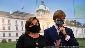 Ministryně financí Alena Schillerová (za ANO) a ministr zdravotnictví Adam Vojtěch (za ANO) na brífinku po jednání vlády (24. 4. 2020)